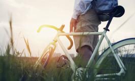 wielrenfiets bij ondergaande zon