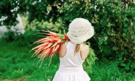 meisje met een bos wortelen